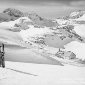 Wiesbadner-Hütte 2443 m mit Piz Buin 3312 m von Risch-Lau