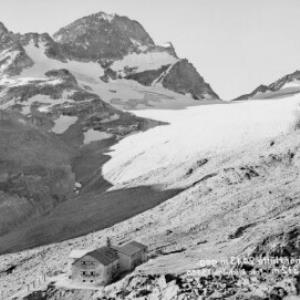 Wiesbadner Hütte 2443 m gegen Piz Buin 3312 m von Risch-Lau