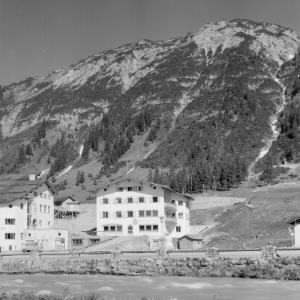 Talstation der Rüfikopfbahn und Haus Ambrosius in Lech am Arlberg von Risch-Lau