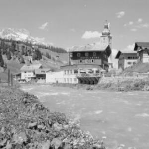 Hotel Krone in Lech am Arlberg mit Blick zum Karhorn von Risch-Lau