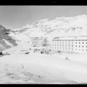 Hotel Bellevue und Hospiz in St.Christoph am Arlberg gegen Trittkopf und Valluga von Risch-Lau
