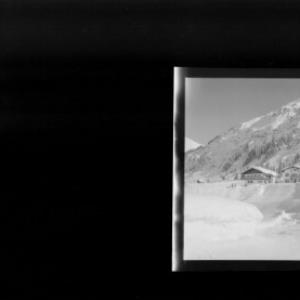 Haus Irma und Haus Georg in Lech am Arlberg gegen Schwarzwand von Risch-Lau
