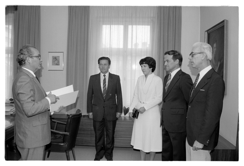 Überreichung Ernennungsdrekt an Dr. Bechter / Landeshauptmann / Helmut Klapper von Klapper, Helmut