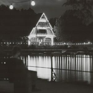 Bregenz a. B., Café Sporthaus bei Nacht / Risch-Lau von Risch-Lau, ...