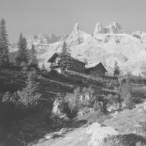 Lindauer-Hütte gegen Drei-Türme und Drusenfluh von Risch-Lau