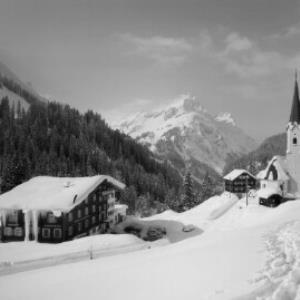 Schröcken im Bregenzerwald 1269 m Hotel Mohnenfluh gegen Künzelspitze 2415 m von Risch-Lau