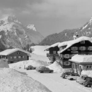 Schröcken im Bregenzerwald 1269 m Gasthof Tannberg gegen Künzelspitze von Risch-Lau