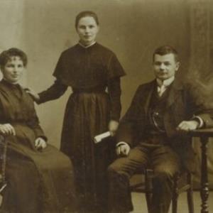 Bildnis zweier unbekannter Frauen und eines unbekannten Mannes von Fitz, K.