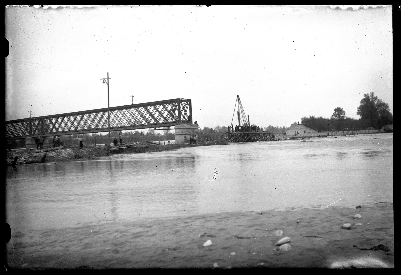 Aufnahme von der Rheinbrücke zwischen Schaan-Vaduz und Buchs SG im km 17,3 nach dem verheerenden Hochwasser vom 25.09.1927 / Josef Wilhelm Purtscher von Purtscher, Josef Wilhelm