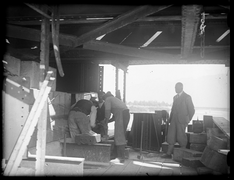 Anhebung der alten Rheinbrücke zwischen Schaan-Vaduz und Buchs SG im km 17,3 im Zuge der Erneuerung/Erhöhung der Widerlager 2 / Josef Wilhelm Purtscher von Purtscher, Josef Wilhelm