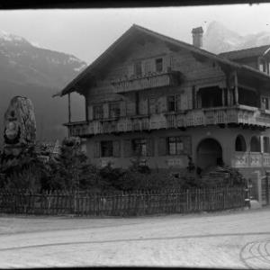 Aufnahme vom Haus in der Batloggstraße 1 in Schruns sowie vom Johann-Josef-Batlogg-Denkmal / Josef Wilhelm Purtscher von Purtscher, Josef Wilhelm
