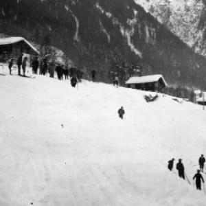 Aufnahme von einem Skispringen in der Ortsparzelle Poller in Dalaas 2 / Josef Wilhelm Purtscher von Purtscher, Josef Wilhelm