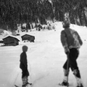 Aufnahme von einem Skispringen in der Ortsparzelle Poller in Dalaas 4 / Josef Wilhelm Purtscher von Purtscher, Josef Wilhelm