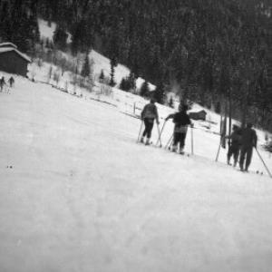 Aufnahme von der Ortsparzelle Poller in Dalaas; Skiläufer / Josef Wilhelm Purtscher von Purtscher, Josef Wilhelm