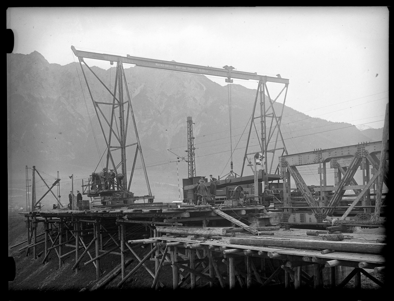 Aufnahme eines Verladekrans zur Errichtung der neuen Rheinbrücke zwischen Schaan-Vaduz und Buchs SG im km 17,3 2 / Josef Wilhelm Purtscher von Purtscher, Josef Wilhelm