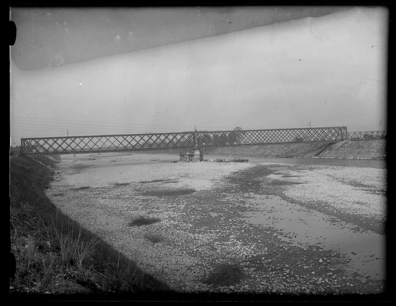 Anhebung der alten Rheinbrücke zwischen Schaan-Vaduz und Buchs SG im km 17,3 im Zuge der Erneuerung/Erhöhung der Widerlager 6 / Josef Wilhelm Purtscher von Purtscher, Josef Wilhelm