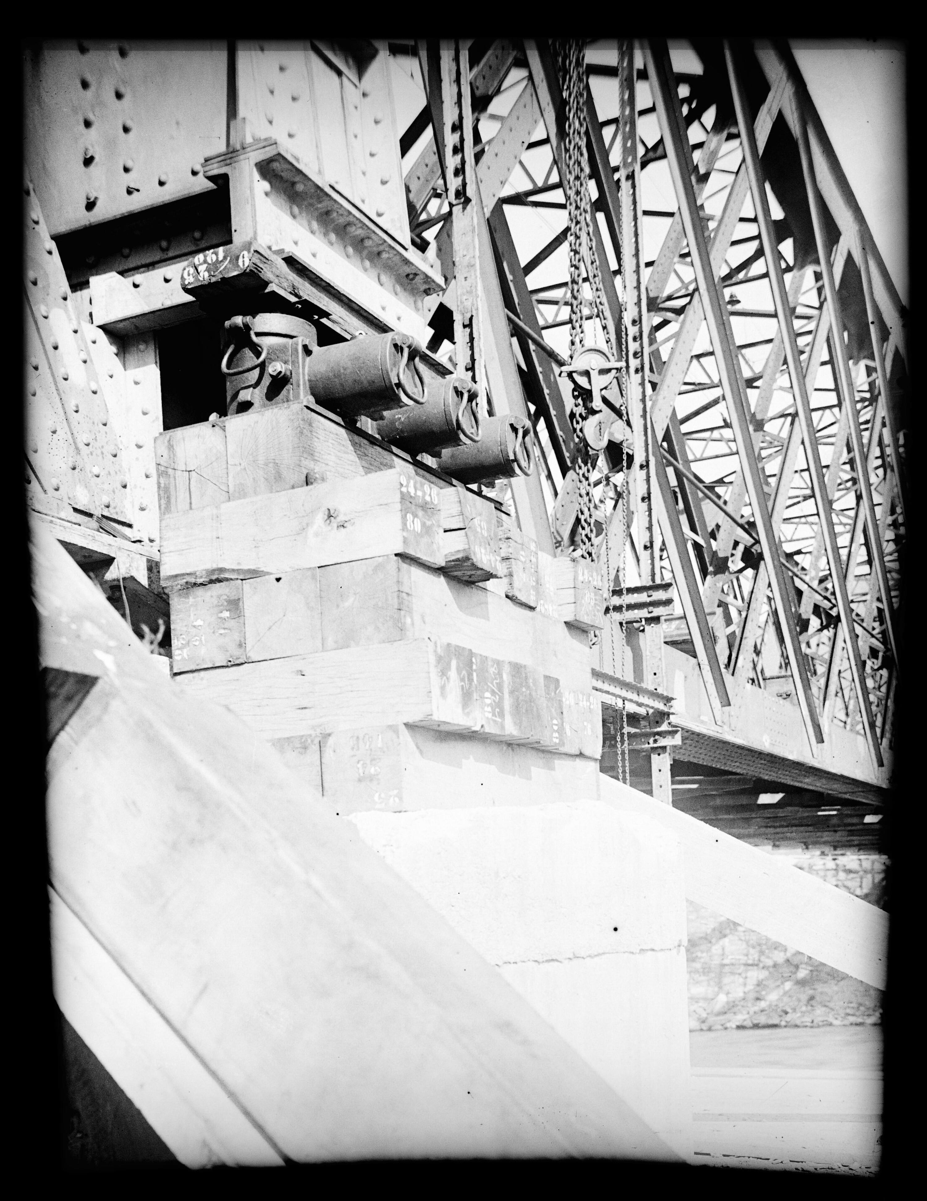 Anhebung der alten Rheinbrücke zwischen Schaan-Vaduz und Buchs SG im km 17,3 im Zuge der Erneuerung/Erhöhung der Widerlager 4 / Josef Wilhelm Purtscher von Purtscher, Josef Wilhelm
