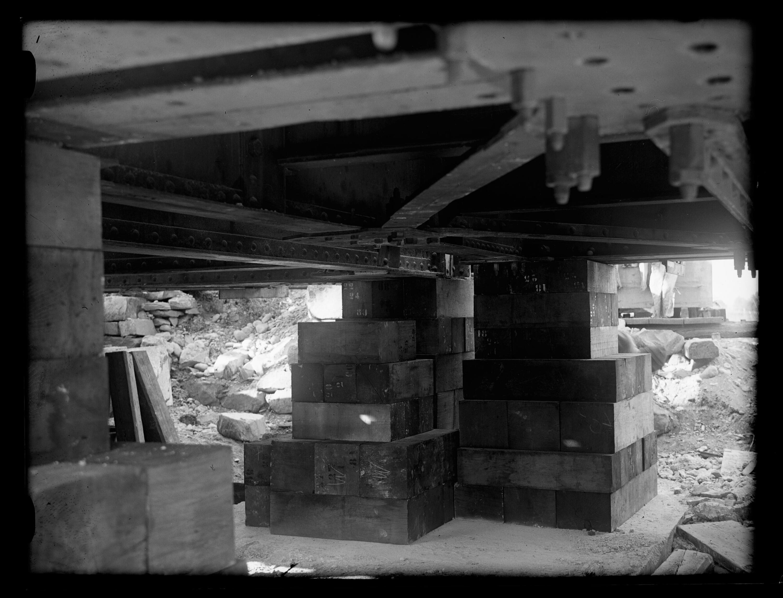 Anhebung der alten Rheinbrücke zwischen Schaan-Vaduz und Buchs SG im km 17,3 im Zuge der Erneuerung/Erhöhung der Widerlager 7 / Josef Wilhelm Purtscher von Purtscher, Josef Wilhelm
