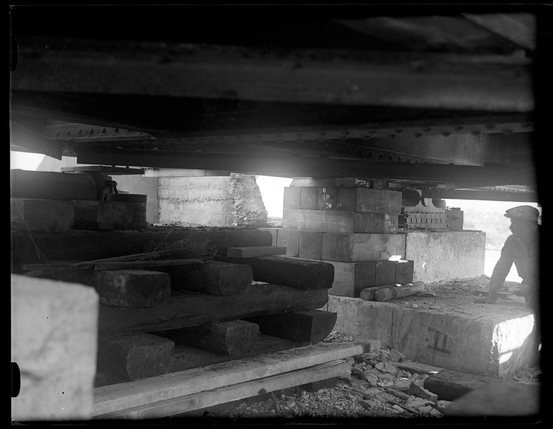 Anhebung der alten Rheinbrücke zwischen Schaan-Vaduz und Buchs SG im km 17,3 im Zuge der Erneuerung/Erhöhung der Widerlager 10 / Josef Wilhelm Purtscher von Purtscher, Josef Wilhelm