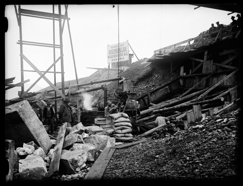 Aufnahme von der Baustelleinrichtung unweit der geplanten neuen Rheinbrücke zwischen Schaan-Vaduz und Buchs SG im km 17,3 / Josef Wilhelm Purtscher von Purtscher, Josef Wilhelm