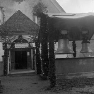 Aufnahme von der Pfarrkirche Dalaas anläßlich der Einweihung der neuen Glocken / Josef Wilhelm Purtscher von Purtscher, Josef Wilhelm