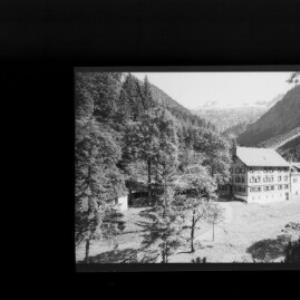 Bad Rotenbrunnen im Grossen Walsertal gegen Misthaufen von Risch-Lau