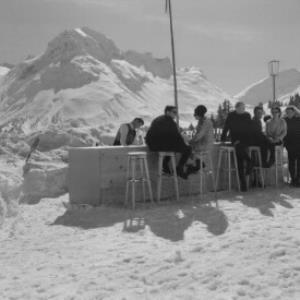Oberlech / Eisbar beim Hotel Goldener Berg mit Blick zum Omeshorn und Spuller Schafberg von Risch-Lau