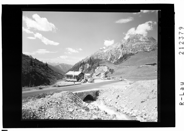 Valfagehrhaus an der Arlbergstrasse mit Scesaplana und Grubenspitze von Risch-Lau