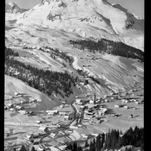 Lech am Arlberg 1447 m mit Oberlech und Karhorn von Risch-Lau