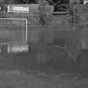 Schwarzach, Sportplatz unter Wasser / Rudolf Zündel von Zündel, Rudolf
