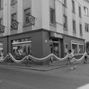 """Dornbirn, Quelle, Aktion Stofftausendfüßler """"Fraaaaanz"""" / Rudolf Zündel von Zündel, Rudolf"""