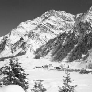 Mandarfen 1700 m gegen Puitkogel 3345 m und Sonnenkogel 3170 m im Pitztal / Tirol von Risch-Lau