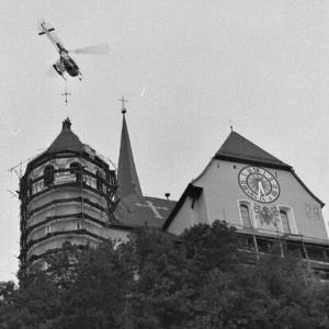 Rankweil, Kreuzanbringung auf dem Turm der Liebfrauenkirche per Hubschrauber / Rudolf Zündel von Zündel, Rudolf