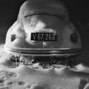 Winter 1979, eingeschneiter VW-Käfer / Rudolf Zündel von Zündel, Rudolf