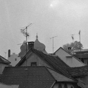 Bregenz, Hausdächer und Martinsturm im Nebel / Rudolf Zündel von Zündel, Rudolf
