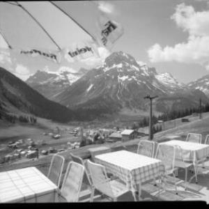 Terrasse des Gasthofes Formarin in Oberlech bei Lech am Arlberg gegen Hasenfluh - Omeshorn - Spuller Schafberg von Risch-Lau