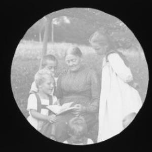 Portrait ältere Frau mit Kindern / Fotograf: Norbert Bertolini von Bertolini, Norbert