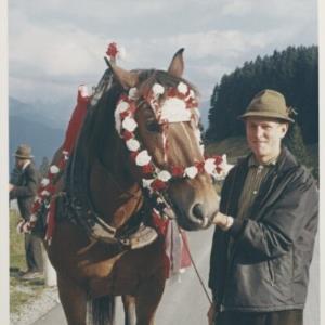 Pferd mit Blumenschmuck / Fotograf: Norbert Bertolini von Bertolini, Norbert