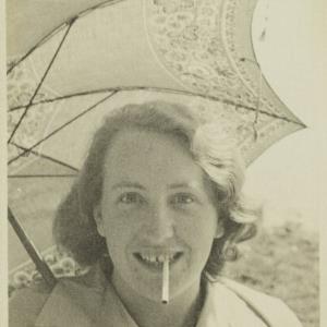 Frau mit Zigarette / Fotograf: Norbert Bertolini von Bertolini, Norbert