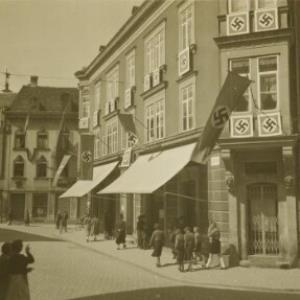Bregenz, Kornmarktplatz mit Hakenkreuzfahnen / Fotograf: Norbert Bertolini von Bertolini, Norbert