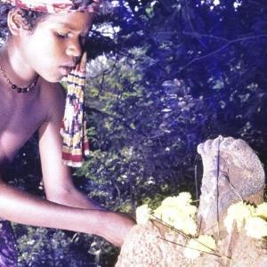 Laru legt Blumen zur Statue / Renate Fend von Fend, Renate
