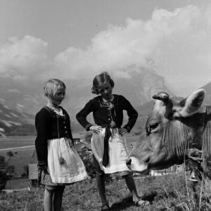 Schoppernau, Kuh mit zwei Mädchen / Franz Beer von Beer, Franz