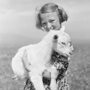 Schaf in den Armen eines Mädchens / Franz Beer von Beer, Franz