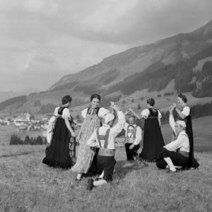 Kleinwalsertaler Tracht, Frauentracht und Männertracht / Franz Beer von Beer, Franz