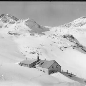 Wiesbadner Hütte 2443 m mit Piz Buin 3312 m und Signalhorn 3210 m von Risch-Lau