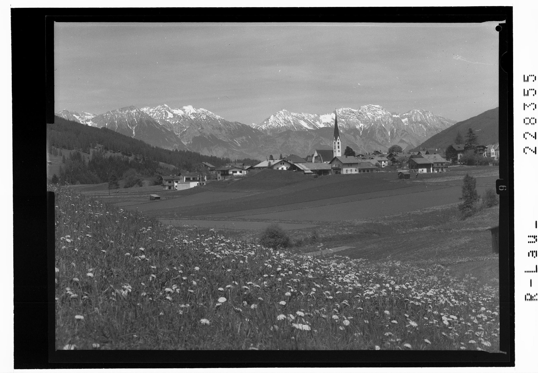 Mieders im Stubaital gegen Nordkette mit Rumer Spitze und Halltalkette mit Bettelwurf / Tirol von Risch-Lau