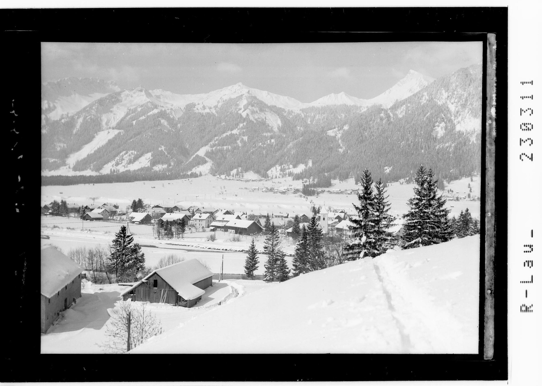 Lechaschau bei Reutte im Ausserfern gegen Tannheimergruppe mit Hahnenkamm und Schneidspitze / Tirol von Kohlbauer
