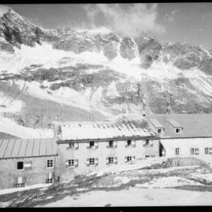 Silvretta - Wiesbadner Hütte mit Silvrettahorn 3244 m, Schneeglocke 3223 m und Schattenspitze 3202 m von Rhomberg