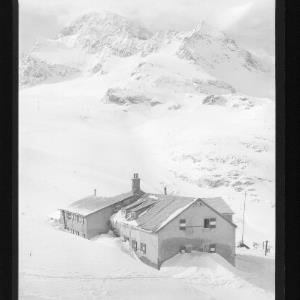 Wiesbadner-Hütte mit Piz Buin von Risch-Lau