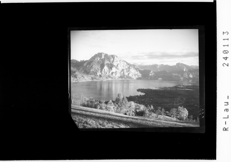 Blick vom Gmundnerberg auf den Traunsee mit Traunstein und Schlafender Griechin von Rhomberg